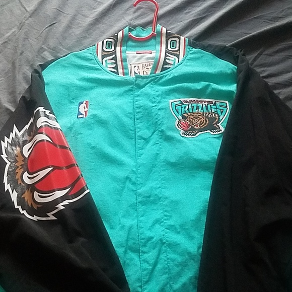ccb291bb801 Mitchell and ness Vancouver Grizzlies jjacket. M 5b75cf929fe4865321e53c39